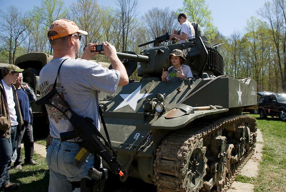 Die Maschinengewehr und Waffen Show in Knob Creek, Luisville, Kentucky, USA, ist die groesste seiner Art in Nordamerika. An drei Schiessstaenden werden Waffen aller Art abgefeuert, vor allem Schnellfeuergewehre. Auch Kinder duerfen hier das Schiessen mit dem Maschinengewehr ueben. Im Angebot ist auch ein Jungle Walk, auf welchem je ein Teilnehmer mit einer Uzi auf im Wald versteckte Metallscheiben schiesst..Bild: Ein alter Panzer aus Privatbestand steht auf dem Parkplatz und ist fuer Besucher zugaenglich
