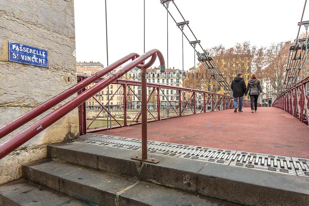 Couple sur la passerelle Saint-Vincent // Coupe walking on passerelle Saint-Vincent bridge on Saône river