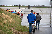Nederland, Nijmegen, The Netherlands, 8-1-2018Hoogwater. Het stijgende water van de Rijn, Waal, is morgenavond op het hoogste peil. De Nevengeul, aangelegd om het water beter langs Nijmegen af te voeren, is helemaal volgelopen en vormt nu een geheel met de Waal. Veur Lent is nu echt een eiland. Kajakkers pakken hun kans om in de stroming van de drempel te kajakken .Foto: Flip Franssen