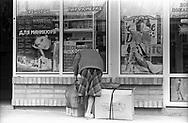 Tiraspol, 15/07/2004: anziana e vetrine di negozi - old woman, shop windows