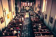 Nederland, Wylre, 15-10-2000..Kerkgangers, gelovigen, kerkbezoek, ontkerking, teloorgang, chtistendom, mis, ouderen. religie, geloof, godsdienst, katholieke kerk, eucharistie viering...Foto: Flip Franssen