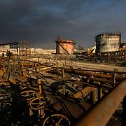 En quittant la région de Qayyarah (Nord de l'Irak) en août 2016, les troupes de Daesh ont incendié 25 puits de pétrole. Depuis, les pompiers irakiens travaillent tous les jours pour éteindre ces gigantesques feux qui émettent d'épaisses colonnes de fumée noire et toxique. Irak, Qayarrah, 6 février 2016.<br /> Leaving the Qayyarah region (Northern Iraq) in August 2017, Daesh's troops set fire to 25 oil wells. Since then, Iraqi firefighters have been working daily to extinguish these gigantic fires that emit thick columns of black and toxic smoke. Iraq, Qayarrah, February the 6th 2017.
