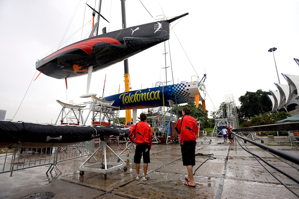 01APR09 Il Mostro is lifted back into the water in a rainy Rio de Janeiro