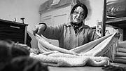 Javier Calvelo/ URUGUAY/ FLORIDA/ La Ruta de la Lana - Manos del Uruguay / Proyecto documental acerca de las actividades relacionadas a la produccion lanera en Uruguay/ Visita a la Primera Cooperativa de Artesanos de Florida, grupo de 13 mujeres que trabaja asociada al proyecto de Manos del Uruguay. Alli nos encontramos con Judith Gomez, Marita Eguez, Grisel Cerna, Claudina Birchi, Maria Canosa y Maria Rosa Maldonado.<br /> En la foto:  Maria Canosa y Maria Rosa Maldonado durante su trabajo para Manos del Uruguay en la Primera Cooperativa de Artesanos de Florida. Foto: Javier Calvelo <br /> 2013-10-04 dia viernes