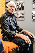 26-06-2015: Grande opening Hotel Heroique: Utrecht<br /> <br /> Tourwinnaar Joop Zoetemelk in zijn oranje hotelkamer<br /> <br /> Een grote tentoonstelling in het oude postkantoor aan de Neude, met werk van Utrechtse en buitenlandse schilders, kunstenaar Ruud Kuijer en een aantal bekende Nederlandse Tour fotografen.<br /> <br /> Het idee kwam van Jeroen Wielaert. De ras Utrechter werkt sinds 1986 als verslaggever in de Tour. Hij kent het nomadische leven van de ronde zeer goed. Het is altijd verhuizen naar andere steden, met elke keer een ander hotel elke keer met andere decoraties. De tentoonstelling toont het verhaal van die tocht, de helden, wat ze ervaren en tegenkomen.