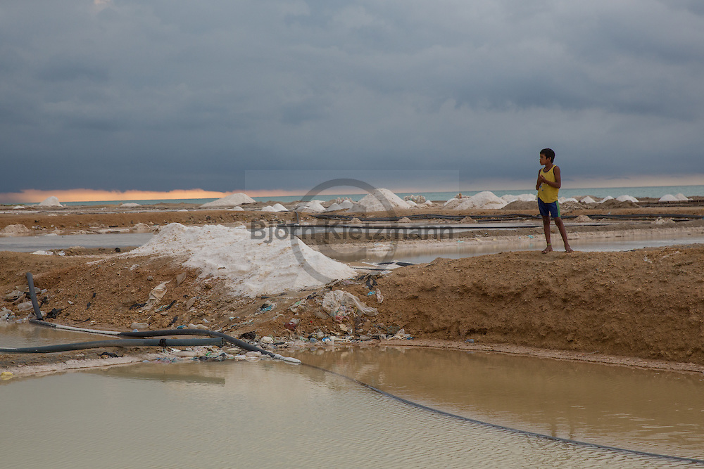 Manaure, La Guajira, Colombia - 26-27.08.2016        <br /> <br /> The maritime saltworks in the Colombian small town Manaure extends over an area of ​​nearly 4100 hectares. It is the most important salt mine of Colombia, in which hundreds of workers slog in the heat in the wide-scale salt evaporation pond.<br /> <br /> Die maritimen Salzgewinnungsanlage im kolumbianischen Manaure erstreckt sich ueber eine Flaeche von fast 4100 Hektar. Es sind die wichtigsten Salzmine Kolumbiens in deren Salzfeldern hunderte Arbeiter in der Hitze schuften. <br /> <br /> Foto: Bjoern Kietzmann