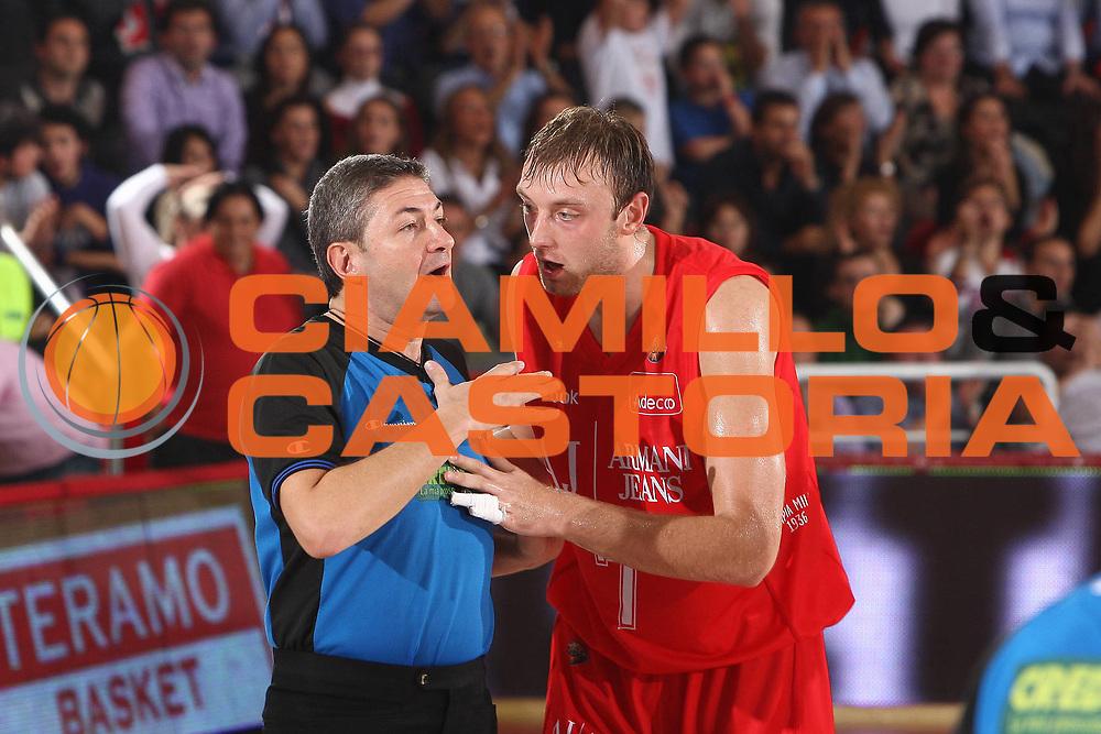DESCRIZIONE : Teramo Lega A 2010-11 Bancatercas Teramo Armani Jeans Milano<br /> GIOCATORE : Luigi Lamonica Oleksiy Pecherov<br /> SQUADRA : Armani Jeans Milano<br /> EVENTO : Campionato Lega A 2010-2011<br /> GARA : Bancatercas Teramo Armani Jeans Milano<br /> DATA : 16/10/2010<br /> CATEGORIA : referee arbitro<br /> SPORT : Pallacanestro<br /> AUTORE : Agenzia Ciamillo-Castoria/C.De Massis<br /> Galleria : Lega Basket A 2010-2011<br /> Fotonotizia : Teramo Lega A 2010-11 Bancatercas Teramo Armani Jeans Milano<br /> Predefinita :