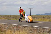 De VeloX4 met Christien Veelenturf valt bij de start van de kwalificaties. Bij de tweede poging haalt ze 94,4 km/h. Het Human Power Team Delft en Amsterdam (HPT), dat bestaat uit studenten van de TU Delft en de VU Amsterdam, is in Amerika om te proberen het record snelfietsen te verbreken. Momenteel zijn zij recordhouder, in 2013 reed Sebastiaan Bowier 133,78 km/h in de VeloX3. In Battle Mountain (Nevada) wordt ieder jaar de World Human Powered Speed Challenge gehouden. Tijdens deze wedstrijd wordt geprobeerd zo hard mogelijk te fietsen op pure menskracht. Ze halen snelheden tot 133 km/h. De deelnemers bestaan zowel uit teams van universiteiten als uit hobbyisten. Met de gestroomlijnde fietsen willen ze laten zien wat mogelijk is met menskracht. De speciale ligfietsen kunnen gezien worden als de Formule 1 van het fietsen. De kennis die wordt opgedaan wordt ook gebruikt om duurzaam vervoer verder te ontwikkelen.<br /> <br /> The VeloX4 with Christien Veelenturf crashes at the start of the qualifications. WIth her second attempt she rides 59.92 mph. The Human Power Team Delft and Amsterdam, a team by students of the TU Delft and the VU Amsterdam, is in America to set a new  world record speed cycling. I 2013 the team broke the record, Sebastiaan Bowier rode 133,78 km/h (83,13 mph) with the VeloX3. In Battle Mountain (Nevada) each year the World Human Powered Speed ??Challenge is held. During this race they try to ride on pure manpower as hard as possible. Speeds up to 133 km/h are reached. The participants consist of both teams from universities and from hobbyists. With the sleek bikes they want to show what is possible with human power. The special recumbent bicycles can be seen as the Formula 1 of the bicycle. The knowledge gained is also used to develop sustainable transport.