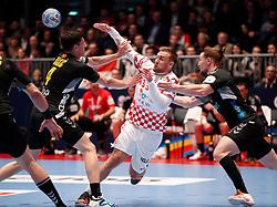 09.01.2020, Stadthalle, Graz, AUT, EHF Euro 2020, Kroatien vs Montenegro, Gruppe A, im Bild von links Aleksandar Bakic (MNE), Luka Cindric (CRO) und Mirko Radovic (MNE) // from l to r Aleksandar Bakic (MNE) Luka Cindric (CRO) and Mirko Radovic (MNE) during the EHF 2020 European Handball Championship, group A match between Croatia and Montenegro at the Stadthalle in Graz, Austria on 2020/01/09. EXPA Pictures © 2020, PhotoCredit: EXPA/ Erwin Scheriau
