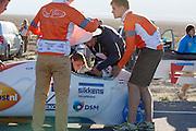 Wil Baselmans van het Human Power Team Delft en Amsterdam wordt in de VeloX3 geholpen. Het team, bestaande uit studenten van de TU Delft en de VU Amsterdam wi het record breken van 133 km/h. In Battle Mountain (Nevada) wordt ieder jaar de World Human Powered Speed Challenge gehouden. Tijdens deze wedstrijd wordt geprobeerd zo hard mogelijk te fietsen op pure menskracht. Ze halen snelheden tot 133 km/h. De deelnemers bestaan zowel uit teams van universiteiten als uit hobbyisten. Met de gestroomlijnde fietsen willen ze laten zien wat mogelijk is met menskracht. De speciale ligfietsen kunnen gezien worden als de Formule 1 van het fietsen. De kennis die wordt opgedaan wordt ook gebruikt om duurzaam vervoer verder te ontwikkelen.<br /> <br /> Wil Baselmans of the Human Power Team Delft and Amsterdam (HPT) is getting in the VeloX3. The team, with students of the TU Delft and de VU Amsterdam, wants to set a  new world record. In Battle Mountain (Nevada) each year the World Human Powered Speed Challenge is held. During this race they try to ride on pure manpower as hard as possible. Speeds up to 133 km/h are reached. The participants consist of both teams from universities and from hobbyists. With the sleek bikes they want to show what is possible with human power. The special recumbent bicycles can be seen as the Formula 1 of the bicycle. The knowledge gained is also used to develop sustainable transport.