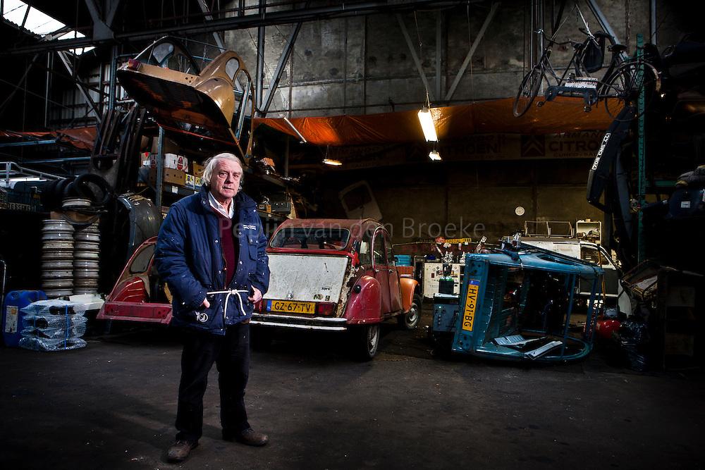 Groningen 20111201. Pek van Andel voor zijn 2CV (Eend) op de Werkplaats van Hans Bakker. foto: Pepijn van den Broeke