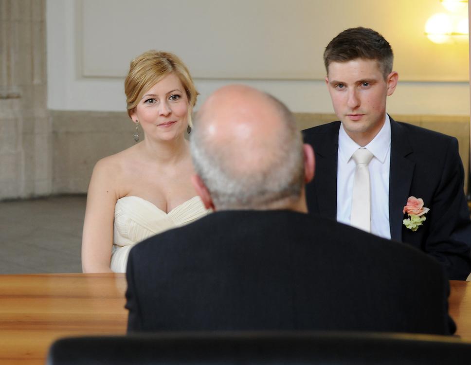 Deutschland,NRW,Köln, Im Standesamt zu Köln spricht ein Standesbeamter zu einem jungen Paar anlässlich der Eheschließung.  |     Cologne, marriage of a young couple     |