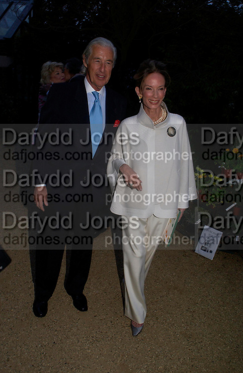 Mr. and Mrs. Martin Summers. Cartier dinner after thecharity preview of the Chelsea Flower show. Chelsea Physic Garden. 23 May 2005. ONE TIME USE ONLY - DO NOT ARCHIVE  © Copyright Photograph by Dafydd Jones 66 Stockwell Park Rd. London SW9 0DA Tel 020 7733 0108 www.dafjones.com