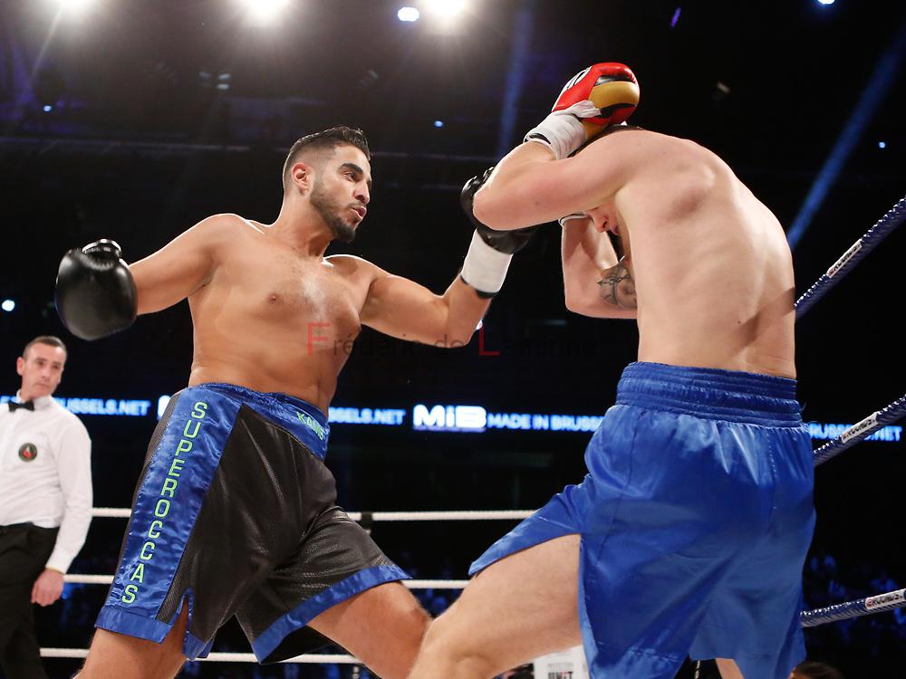 Combat Kamel Kouaouch (gants noirs) – Mateusz Rybarski   lors du Gala de boxe Round 5 qui s'est déroulé à Charleroi (Spiroudome) le 16/12/2017.