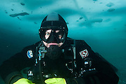 Plongeur sous la glace au Québec, Canada. | Diver under the ice in Québec, Canada.