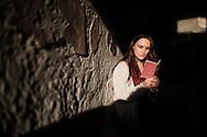 Ercolano, Italia - 23 novembre 2012. Una turista legge una guida all'interno di una domus degli scavi archeologici di Ercolano (Herculaneum). Il sito archologico di epoca romana, patrimonio dell'Unesco, distante solo pochi km da Pompei, ha riportato alla luce tesori antichi di inestimabile valore. A differenza di Pompei, ad Ercolano sono stati ritrovati reperti organici ed in legno che hanno permesso agli archeologi di studiare in modo più approfondito le abitudini dell'epoca. Ph. Roberto Salomone Ag. Controluce.ITALY - A tourist reads a guide book inside a house of the archeological site of Herculaneum on November 23, 2012. The world heritage site of roman age, just a few miles away from Pompeii has brought to life treasures that made it possible for archeologists to study in a more detailed way the lifestyle of ancient romans.