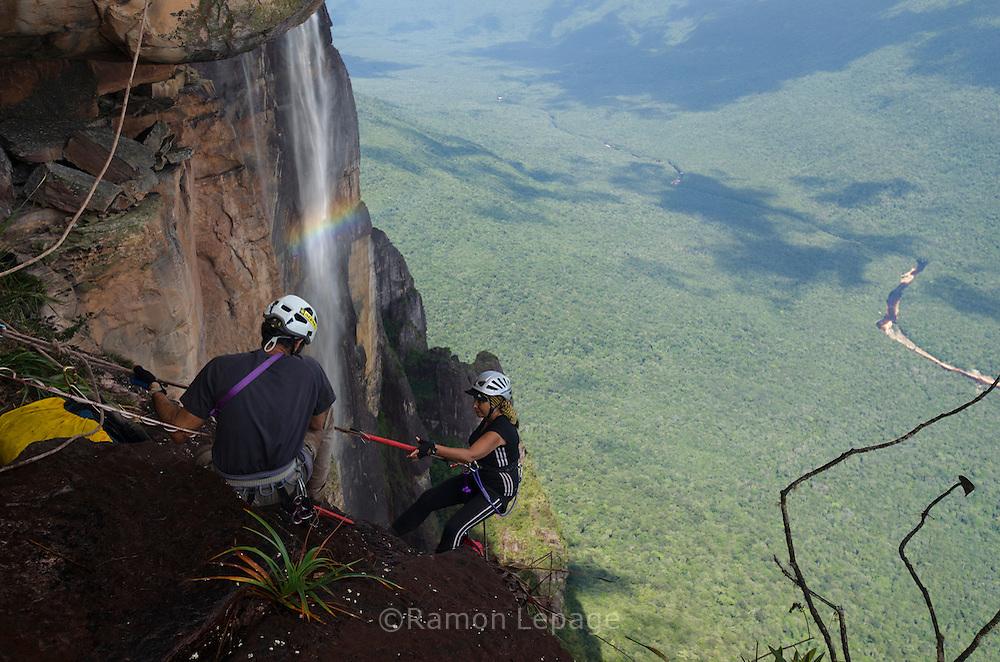 """AUYANTEPUY, VENEZUELA. Hombre y mujer durante el  Rappel por la margen izquierda  del Salto Angel hasta al sitio del vivac conocido como """"La Cueva"""". El Auyantepuy es el mayor de los tepuis del Parque Nacional Canaima. En sus 700 kms2 alberga el salto angel o conocido por lengua indígena Pemon como """"Kerepacupai Vena; es la caída de agua más grande del mundo con sus 979 metros de altura. (Ramon lepage /Orinoquiaphoto/LatinContent/Getty Images)"""