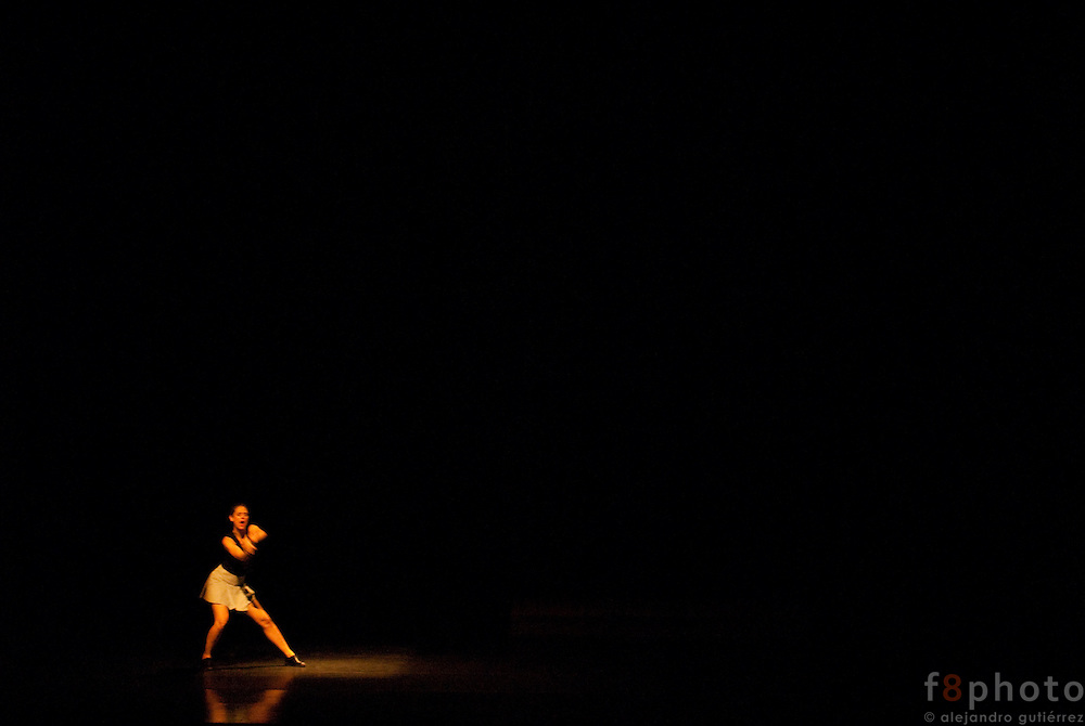 "The Dance Company Larumbe performing ""Mas o menos un día - 20 años no son nada"" in the Second International Dance Festival Ibérica Contemporánea, Querétaro, México,2009."
