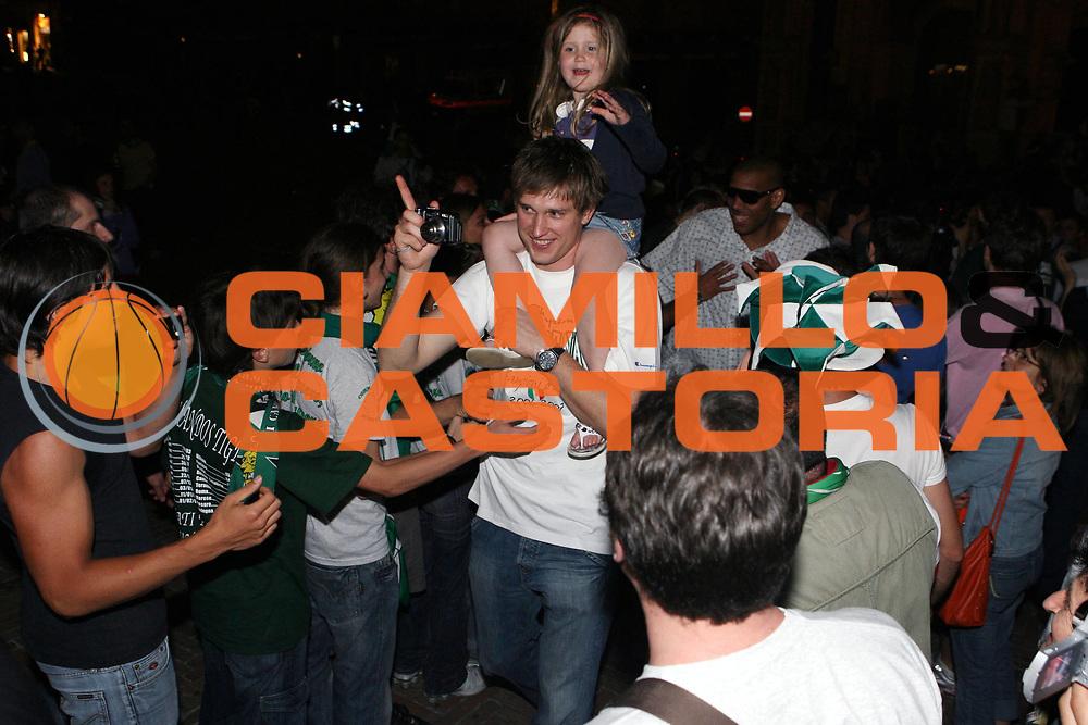 DESCRIZIONE : Siena Lega A1 2006-07 Playoff Finale Gara 3 Montepaschi Siena VidiVici Virtus Bologna <br /> GIOCATORE : Vladimir Boisa Tifosi Piazza del Campo <br /> SQUADRA : Montepaschi Siena <br /> EVENTO : Campionato Lega A1 2006-2007 Playoff Finale Gara 3 <br /> GARA : Montepaschi Siena VidiVici Virtus Bologna <br /> DATA : 17/06/2007 <br /> CATEGORIA : Esultanza <br /> SPORT : Pallacanestro <br /> AUTORE : Agenzia Ciamillo-Castoria/G.Ciamillo