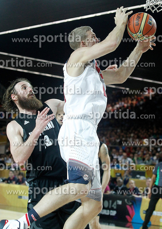 02.09.2014, City Arena, Bilbao, ESP, FIBA WM, USA vs Neuseeland, im Bild USA's Mason Plumlee (r) and New Zealand's Casey Frank // during FIBA Basketball World Cup Spain 2014 match between USA and New Zealand at the City Arena in Bilbao, Spain on 2014/09/02. EXPA Pictures &copy; 2014, PhotoCredit: EXPA/ Alterphotos/ Acero<br /> <br /> *****ATTENTION - OUT of ESP, SUI*****