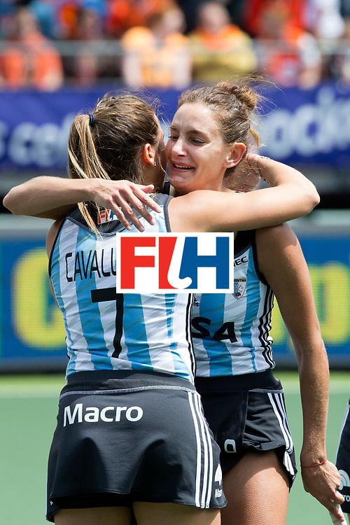 THE HAGUE - Rabobank Hockey World Cup 2014 - 14-06-2014 - 3/4 Place - WOMEN -  ARGENTINA - USA  - Luciana Aymar samen met Martina Cavallero.<br /> Copyright: Willem Vernes