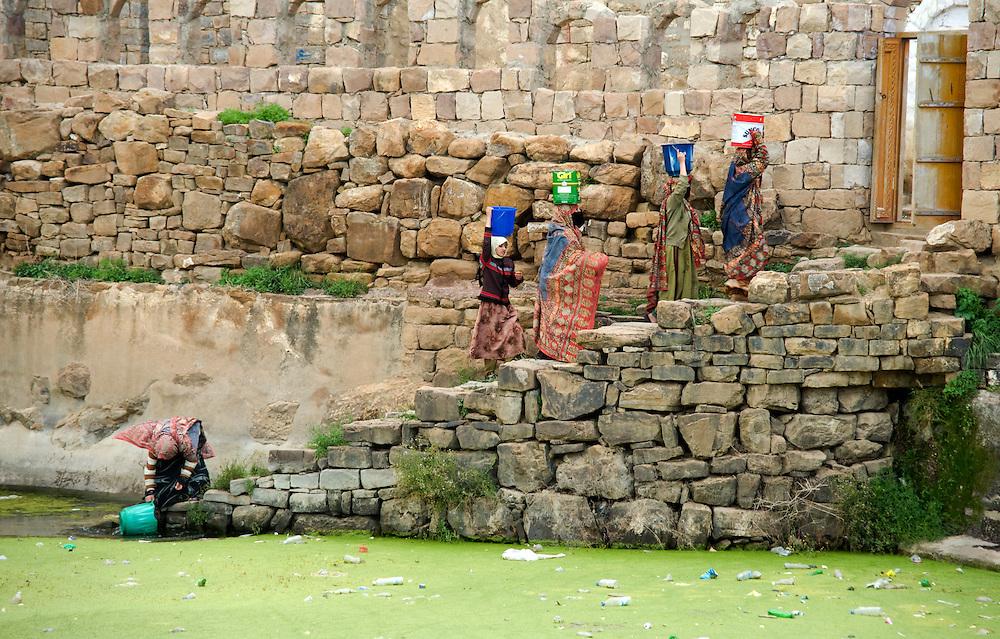 Les femmes vivant dans les villages sont rarement inclues dans les statistiques concernant 'les femmes qui travaillent' meme si elles representent une main d'oeuvre importante...Village women are rarely included in the statistics regarding 'working women' but they work as much as their male counterparts.