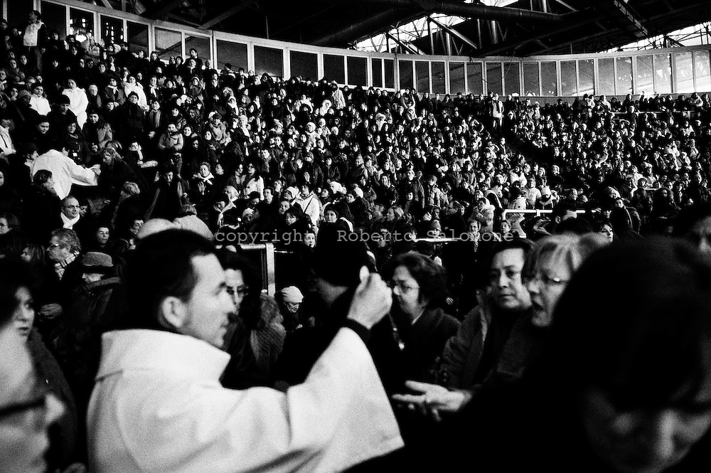 Napoli, Italia - 2 febbraio 2012. Fedeli partecipano ad un raduno religioso motivato dalla presenza di Mirjiana Dragicevic, veggente, che afferma di riuscire ad entrare in contatto con la Madonna ogni due del mese. Circa ventimila persone, giunte da ogni parte d'Europa, hanno affollato il Palargine di Ponticelli (Napoli) sin dalle prime ore del giorno..Ph. Roberto Salomone Ag. Controluce.ITALY - Worshippers attend a religous meeting in Naples where seer Mirjiana Dragicevic had the vision of the Virgin Mary on February 2, 2012.. Thousands crowded the Palargine center to assist.