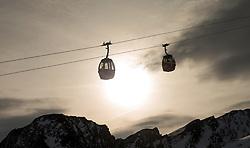 THEMENBILD - Gondeln mit Bergpanorama im Gegenlicht, aufgenommen am 15. Januar 2015 am Kitzsteinhorn, Kaprun, Österreich. EXPA Pictures © 2014, PhotoCredit: EXPA/ JFK
