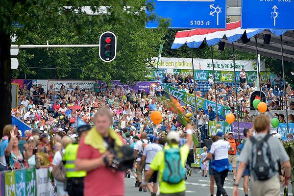 Nederland, Nijmegen, 24-7-2015Het vierdaagselegioen loopt over de Via Gladiola Nijmegen binnen. Na een feestelijke intocht volgt de uiteindelijke finish en het ophalen van het kruisje, vierdaagsekruisje, op de Wedren. Iedere deelnemer krijgt een bloem, gladiool, uitgerijkt. The International Four Day Marches Nijmegen is the largest marching event in the world. It is organized every year in Nijmegen mid-July as a means of promoting sport and exercise. Participants walk 30, 40 or 50 kilometers daily, and on completion, receive a royally approved medal, Vierdaagsekruis.The participants are mostly civilians, but there are also a few thousand military participants. In 2004 a restriction on the maximum number of registrations is set to 45,000. More than a hundred countries have been represented in the Marches over the years.Foto: Flip Franssen/Hollandse Hoogte