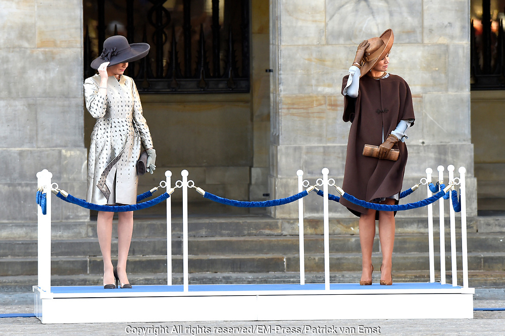 Staatsbezoek aan Nederland van Zijne Majesteit Koning Filip der Belgen vergezeld door Hare Majesteit Koningin <br /> Mathilde aan Nederland.<br /> <br /> State Visit to the Netherlands of His Majesty King of the Belgians Filip accompanied by Her Majesty Queen<br /> Mathilde Netherlands<br /> <br /> op de foto / On the photo: Koningin Maxima en koningin Mathilde bij het paleis op de Dam voor een drie daags staatsbezoek /////  Queen Maxima and Queen Mathilde at the palace on Dam Square for a three-day state visit