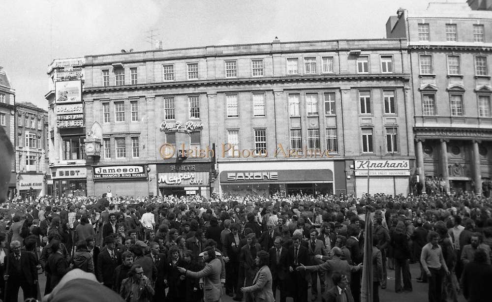 Sinn Fein (Provo) Dublin Parade.   K22..1976..25.04.1976..04.25.1976..25th April 1976..Sinn Fein held an Easter Rising Commemorative  parade..The parade started at St Stephens Green, Dublin and proceeded through the streets to the G.P.O.in O'Connell Street, the scene of the centre of the 1916 uprising..A view of the crowds as they wait in O'Connell Street for the parade to arrive.