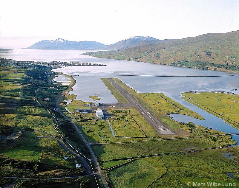 Akureyri, Akureyrarflugv&ouml;llur s&eacute;&eth; til nor&eth;urs. Kaldbakur &iacute;  baks&yacute;ni.   /   <br /> Akureyri airport viewing north to mount Kaldbakur.