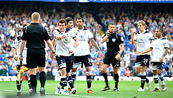 30.04.2011, Stamford Bridge, London, ENG, PL, FC Chelsea vs Tottenham Hotspur, im Bild Gareth Bale (C) of Tottenham argues with the linesman who gave the disputed game..Chelsea v Tottenham .Premier League,.Stamford Bridge, London. UK..30/4/11. EXPA Pictures © 2011, PhotoCredit: EXPA/ IPS/ Sean Ryan +++++ ATTENTION - OUT OF ENGLAND/UK and FRANCE/FR +++++