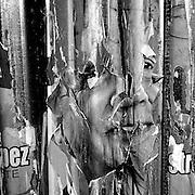 Javier Calvelo/ URUGUAY/ MONTEVIDEO/ Un pentimento es una alteraci&oacute;n en un cuadro que manifiesta el cambio de idea del artista sobre aquello que estaba pintando. Se tratar&iacute;a de un t&eacute;rmino sin&oacute;nimo de arrepentimiento. Este trabajo documental hecho en las calles de las ciudades se basa en esa idea pero este arrepentimiento estaria dado por epaso del tiempo y la construccion de ese muro de afiches y pintadas que nunca acaba las diferentensa capas se acumulan y van cambiando momento a momento. <br /> En la foto:  Proyecto Pentimento en campa&ntilde;a electoral del FA. Foto: Javier Calvelo <br /> 20141104  dia martes