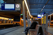 Een eenzame reiziger wacht op de trein. Om maandagochtend 07:50 zijn de perrons op Utrecht CS nagenoeg leeg door de staking. De vakbond CNV voert samen met het FNV en VCP in heel Nederland actie voor een beter pensioen. Eerdere onderhandelingen over pensioenen met de overheid en het bedrijfsleven liepen vast. Nu grijpen de vakbonden gezamenlijk naar acties. In allerlei sectoren wordt actie gevoerd. Zo wordt het openbaar vervoer van 06:00 tot 07:06 stilgelegd en rijden hulpverleners in een colonne met 66 km/u naar Den Haag. Op het Malieveld vindt de afsluitende manifestatie plaats.<br /> <br /> De Dutch trade unions CNV, FNV and VCP are demonstrating for a better retirement agreement. Last year the negotiations between the trade unions, the government and employers collapsed.