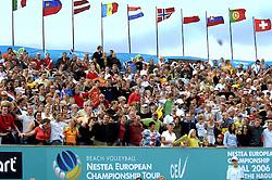 27-08-2006: VOLLEYBAL: NESTEA EUROPEAN CHAMPIONSHIP BEACHVOLLEYBALL: SCHEVENINGEN<br /> Veel publiek bij de finals EK Beach - toeschouwers support<br /> &copy;2006-WWW.FOTOHOOGENDOORN.NL