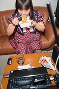 MUKBANG - JAPAN<br /> VJ Miko vr&auml;ker i sig chiliheta snabbnudlar p&aring; en minut framf&ouml;r datorn i Fukuoka, Japan. &Aring;sk&aring;darna kommenterar Mikos &auml;tande. Att &auml;ta framf&ouml;r en web cam kallas mukbang.