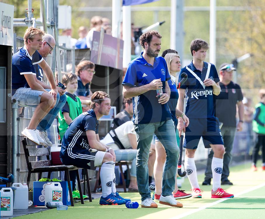 AMSTELVEEN -  Hockey Hoofdklasse heren Pinoke-Amsterdam (3-6). coach Jesse Mahieu (Pinoke) met links fysio Christoph Rosenmoller,  .  COPYRIGHT KOEN SUYK