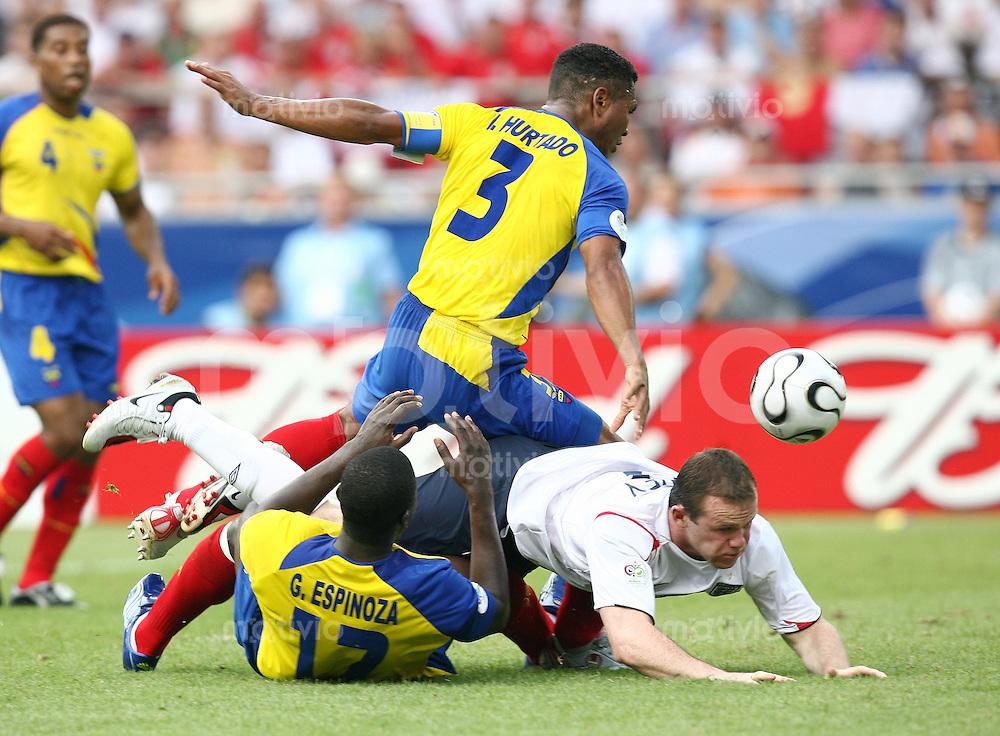 Fussball WM 2006   Achtelfinale   England - Ecuador Wayne ROONEY (ENG) gegen Ivan HURTADO (hinten) und Giovanny ESPINOZA (li, beide ECU)