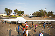 Teamleden helpen mee met het opzetten van de tent voor alle teams. Het Human Power Team Delft en Amsterdam (HPT), dat bestaat uit studenten van de TU Delft en de VU Amsterdam, is in Amerika om te proberen het record snelfietsen te verbreken. Momenteel zijn zij recordhouder, in 2013 reed Sebastiaan Bowier 133,78 km/h in de VeloX3. In Battle Mountain (Nevada) wordt ieder jaar de World Human Powered Speed Challenge gehouden. Tijdens deze wedstrijd wordt geprobeerd zo hard mogelijk te fietsen op pure menskracht. Ze halen snelheden tot 133 km/h. De deelnemers bestaan zowel uit teams van universiteiten als uit hobbyisten. Met de gestroomlijnde fietsen willen ze laten zien wat mogelijk is met menskracht. De speciale ligfietsen kunnen gezien worden als de Formule 1 van het fietsen. De kennis die wordt opgedaan wordt ook gebruikt om duurzaam vervoer verder te ontwikkelen.<br /> <br /> The Human Power Team Delft and Amsterdam, a team by students of the TU Delft and the VU Amsterdam, is in America to set a new  world record speed cycling. I 2013 the team broke the record, Sebastiaan Bowier rode 133,78 km/h (83,13 mph) with the VeloX3. In Battle Mountain (Nevada) each year the World Human Powered Speed Challenge is held. During this race they try to ride on pure manpower as hard as possible. Speeds up to 133 km/h are reached. The participants consist of both teams from universities and from hobbyists. With the sleek bikes they want to show what is possible with human power. The special recumbent bicycles can be seen as the Formula 1 of the bicycle. The knowledge gained is also used to develop sustainable transport.