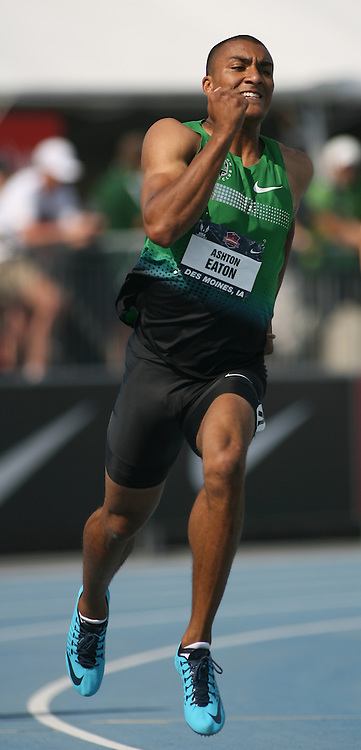 EATON - 13USA, Des Moines, Ia. Ashton Eaton rounds the final curve in the 400. Photo by David Peterson