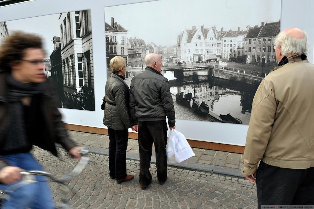 Gent, Belgie, Mar 11, 2009, Sfeerbeelden aan de Graslei. Aan het Designmuseum hangen oude prentkaarten van de Graslei om de werken te verhullen.  ©Christophe VANDER EECKEN