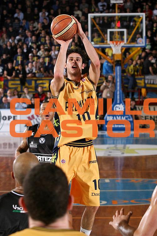 DESCRIZIONE : Porto San Giorgio Lega A1 2007-08 Premiata Montegranaro La Fortezza Virtus Bologna <br /> GIOCATORE : Luca Vitali <br /> SQUADRA : Premiata Montegranaro <br /> EVENTO : Campionato Lega A1 2007-2008 <br /> GARA : Premiata Montegranaro La Fortezza Virtus Bologna <br /> DATA : 25/11/2007 <br /> CATEGORIA : Tiro <br /> SPORT : Pallacanestro <br /> AUTORE : Agenzia Ciamillo-Castoria/G.Ciamillo