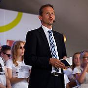 Kristian Jensen synger med kor kort før Venstre's indlæg på Talerstolen.