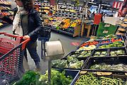 Nederland, Millingen aan de Rijn, 3-5-2012Supermarkt.Deze C1000 zal in de toekomst verder gaan als Albert Heijn. Op de groenteafdeling, fruit, groente,afdeling.Foto: Flip Franssen/Hollandse Hoogte