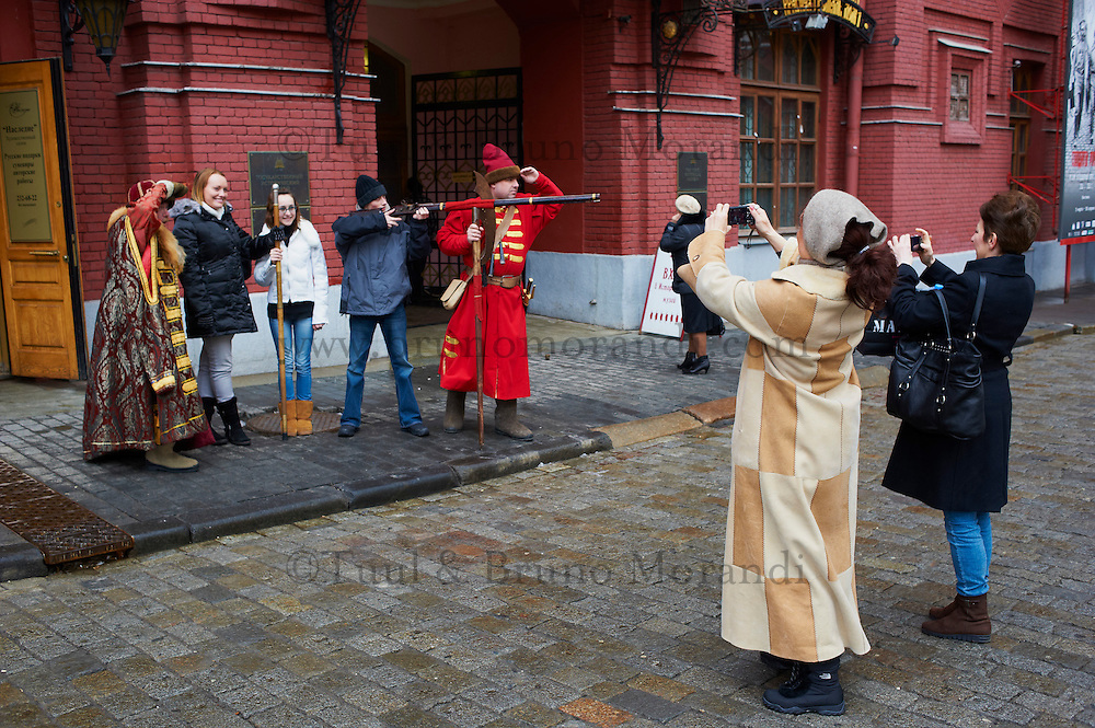 Russie, Moscou, figurants pour touristes devant le Kremlin // Russia, Moscow, Red Square, tourist attraction