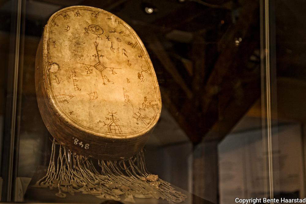 Frøyningsfjelltromma, en av de ca. 70 bevarte samiske sjamantrommene. Nesten ingen er i Norge, og denne har siden 1837 vært i Meininger Museum i Thüringen i Tyskland.  Tromma er gjennom sist kjente eier knyttet til Frøyningsfjellet vest i Namsskogan. Dette er en av de best dokumenterte samiske trommene i Norge. Ifølge Wikipedia skal eierne Bendix Andersen Frennings Fjeld og Jon Torchelsen Fipling-Skov ha møtt Thomas von Westen i 1723 og gitt ham en forklaring på trommas symboler og deres betydning. Tromma ble «beslaglagt» det samme året. Utlånt for utstillingen «Hvem eier historien?» på NTNU Vitenskapsmuseet, i forbindelse med det samiske 100-årsjubileet Tråante2107.
