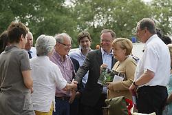 """Der Leiter des Museums """"Altes Zollhaus"""" in Hitzacker, Klaus Lehmann (Mitte), beim Besuch von Bundeskanzlerin Angela Merkel (CDU) und Ministerpräsident Stephan Weil (links neben Merkel) anlässlich des Jahrhunderthochwassers der Elbe im Juni 2013.<br /> <br /> Ort: Hitzacker<br /> Copyright: Karin Behr<br /> Quelle: PubliXviewinG"""