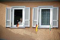 Feature Koenigstein          Eine Bewohnerin von Koenigstein im Taunus, Trainingsstandort der brasilianischen Nationalmannschaft sitzt an ihrem mit den Nationalflaggen Deutschlands und Brasiliens geschmueckten Fenster und beobachtet die internationalen Besucher in der Stadt.