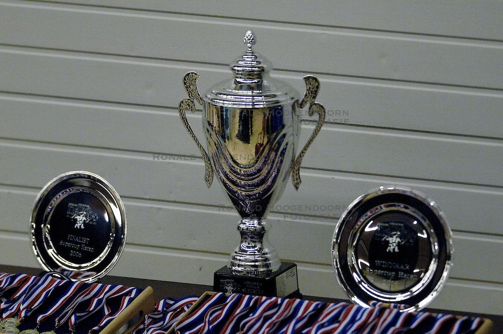 08-10-2006 VOLLEYBAL: SUPERCUP DOCSTAP ORION - ORTEC NESSELANDE: DOETINCHEM<br /> De mannen van Orion troefden voor eigen publiek verrassend landskampioen en bekerwinnaar Ortec Nesselande (3-1) af / De SuperCup en schalen - beker<br /> ©2006: WWW.FOTOHOOGENDOORN.NL